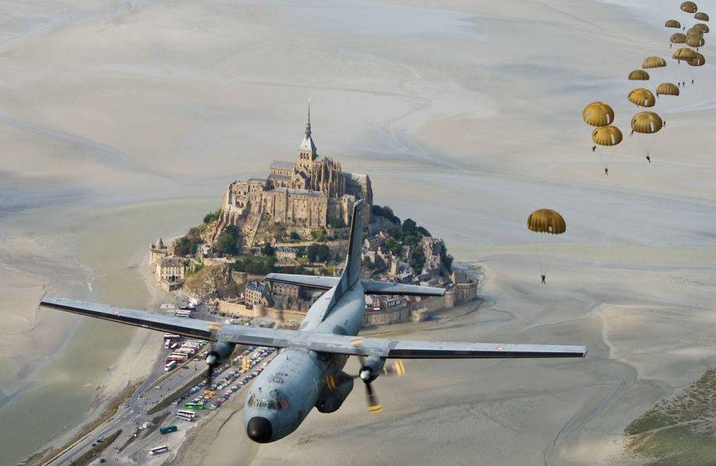 Un avion Transall lors d'un exercice de largage de parachutistes au dessus du Mont-Saint-Michel
